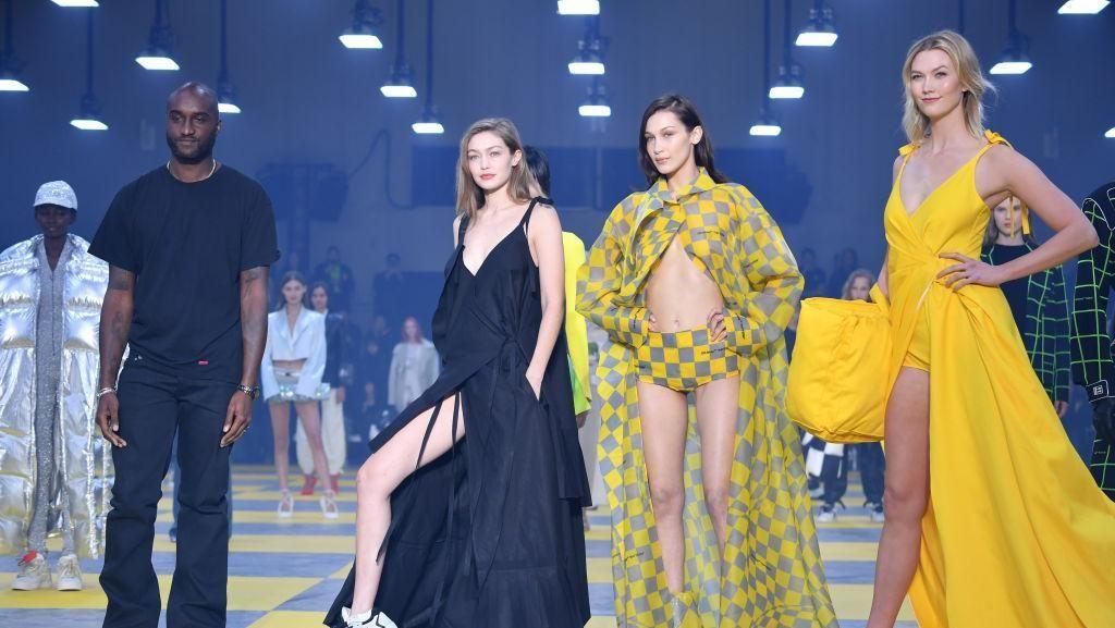 Foto: Adu Gaya Seksi Gigi dan Bella Hadid di Paris Fashion Week