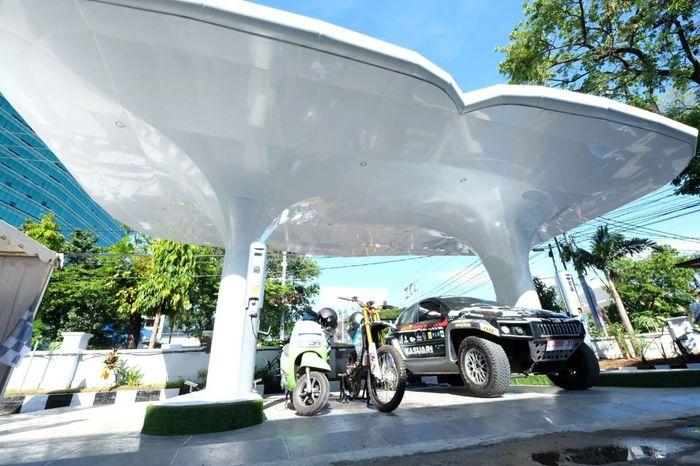 Ini merupakan karya penelitian dari mahasiswa ITS, di mana pembuatan mobil dan motor listrik 80% buatan anak bangsa dengan uji coba keliling Indonesia. Istimewa/PT PLN.