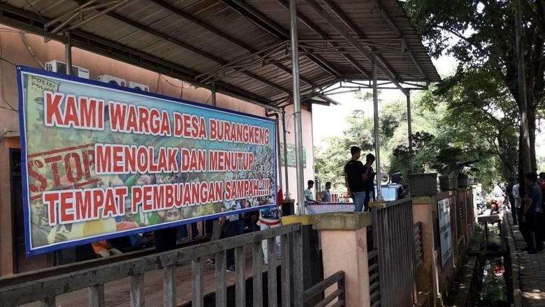 Tuntut Kompensasi, Warga Tutup Akses ke TPA Burangkeng Bekasi