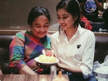 Sang ibunda menanamkan agama dan iman kepada Mikha Tambayong sejak pesinetron itu masih kecil. (Foto: Instagram/miktambayong)