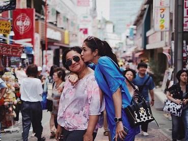 Demi menjadi manajer bagi Mikha Tambayong, sang ibunda rela berhenti kerja. (Foto: Instagram/miktambayong)