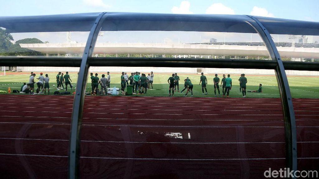 Lintasan Atletik Stadion Madya Kotor dengan Puntung Rokok dan Paku