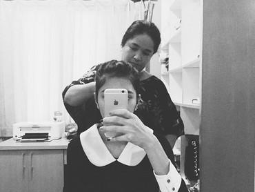 Ibunda Mikha Tambayong ternyata jago menata rambut. Ia kerap menata rambut Mikha. (Foto: Instagram/miktambayong)