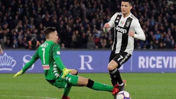 Cristiano Ronaldo dianggap diving saat diadang kiper Napoli Alex Meret. (