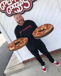 Wouw! Bagel Pizza Jumbo Ini Beratnya Mencapai 2,7 Kg