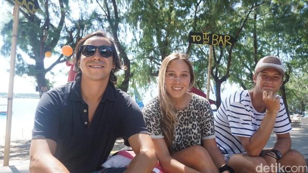 Valentin (kiri) dan Daniela (tengah), bule asal Chile mengaku sangat menikmati liburannya di Gili Trawangan karena alamnya yang indah (Afif Farhan/detikTravel)