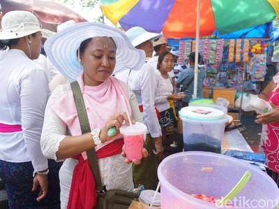 Upacara Melasti di Petitenget Bali, Pedagang Minuman Laris Manis