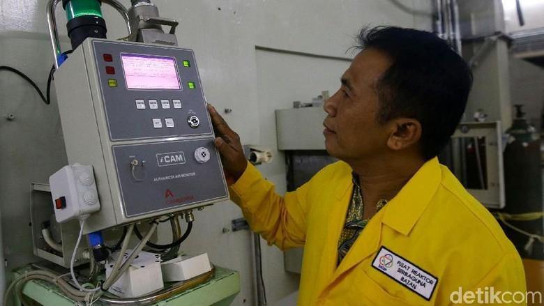 Staf Batan melihat reaktor nuklir untuk riset di Gedung Batan, Tangerang Foto: Grandyos Zafna
