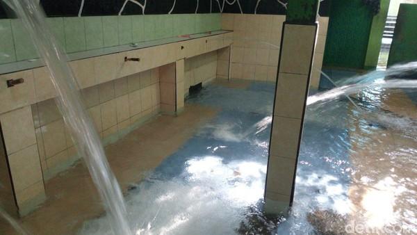 Sumber Air Sendang Kalimah Toyyibah adalah mata air di bawah pohon beringin yang berusia puluhan tahun. Sumber air ini tidak pernah kering meski musim saat kemarau panjang. (Aji Kusuma/detikTravel)