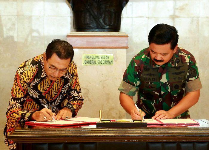Hadir dalam acara tersebut Direktur Utama Bank BRI Suprajarto usai menandatangani nota kerjasama dengan Panglima TNI Marsekal Hadi Tjahjanto di Gedung Sudirman, Mabes TNI Cilangkap, Jakarta, Senin (4/3/2019). Foto: dok. BRI