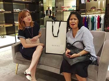 Chika diketahui sangat dekat dengan sang bunda dan sering mengajaknya belanja bersama. (Foto: Instagram @chikajessica88)