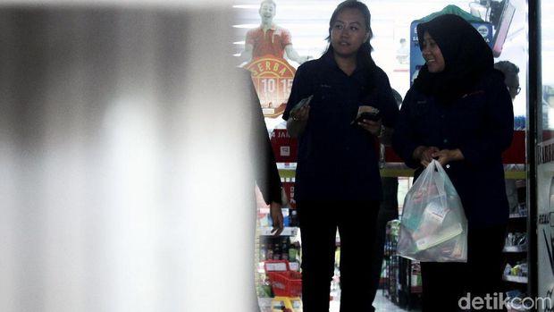 Ilustrasi warga belanja menggunakan kantong plastik /
