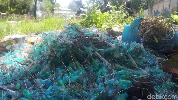 Jarum suntik bekas di pinggir jalan Kota Solo. (Foto: Bayu Ardi Isnanto/detikcom)