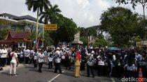 Demo Guru Tutup Jalan Protokol di Pekanbaru, Lalin Macet Parah