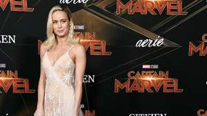 Brie Larson Bawa Pesawat Antariksanya di Red Carpet Captain Marvel