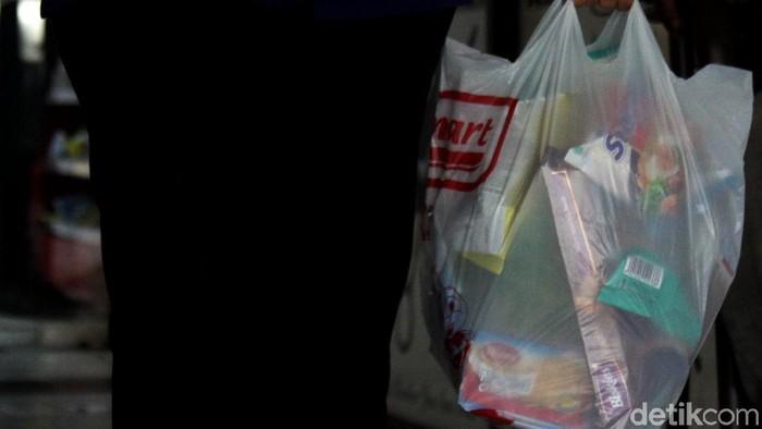 Pajak plastik mulai diberlakukan sejak 1 Maret 2019. Langkah itu dilakukan guna mengurangi penggunaan sampah plastik yang sulit didaur ulang.