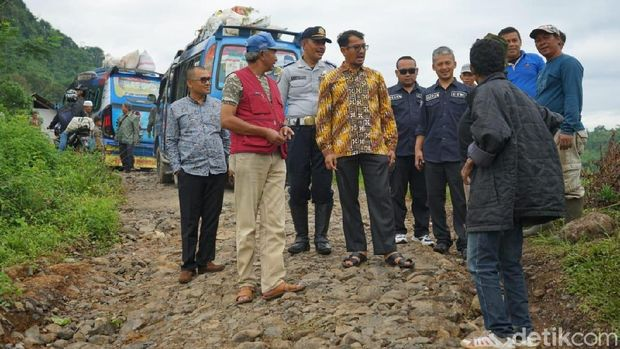 Jalan Peundeuy di Garut yang Mirip 'Sungai Kering' Segera Diperbaiki