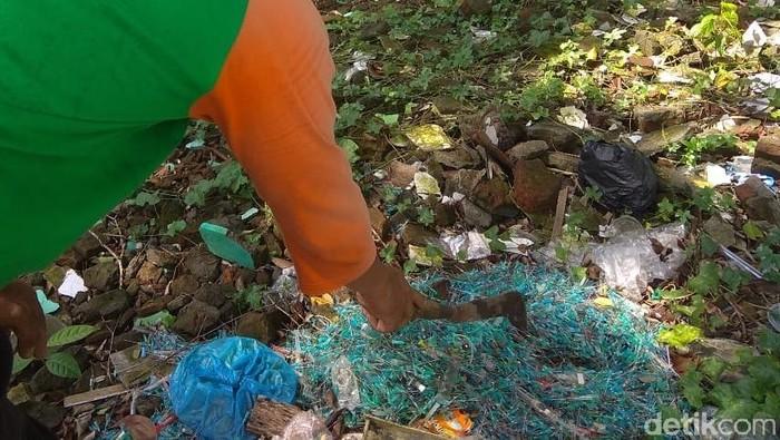 Jarum suntik bekas di pinggir jalan Kota Solo. Foto: Bayu Ardi Isnanto/detikcom