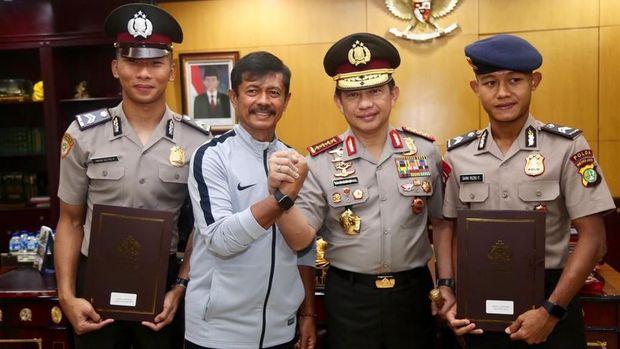 Pelatih Timnas Indonesia U-22, Indra Sjafri, ikut hadir dalam upacara naik pangkat Awan Setho dan Sani Rizki. (