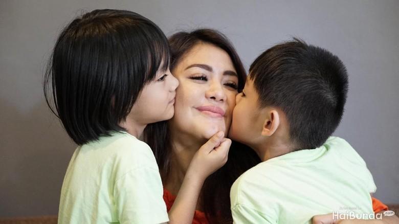 Istri dan kedua anak almarhum Herman Seventeen/ Foto: Didik Dwi Haryanto/20detik