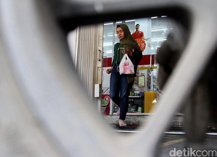 Pengusaha tergabung dalam Asosiasi Pengusaha Ritel Indonesia (Aprindo) mulai menerapkan kantong plastik berbayar sejak tanggal 1 Maret 2019 lalu. Di sejumlah toko swalayan di Jakarta kebijakan itu telah diinfokan dan diterapkan kepada para pembeli, Selasa (5/3/2019).