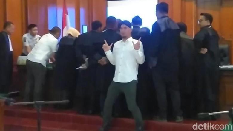 Aksi Ahmad Dhani Tebar Salam Dua Jari Selama Persidangan