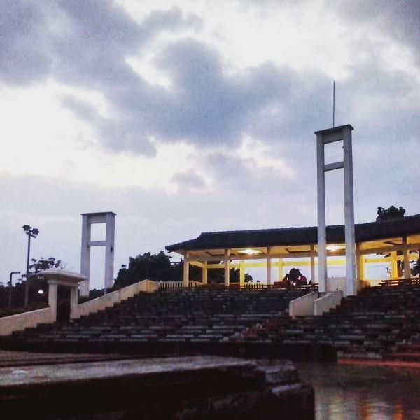 Dalam film Dilan 1991, Taman Budaya Dago Tea House menjadi saksi bisu dari drama percintaan Dilan dan Milea yang tengah di ujung tanduk. Suasana pun kian sendu dengan rintik hujan yang turun (Instagram/adoy_dangshana)