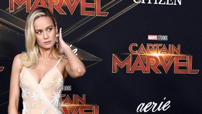 Brie Larson rela dorong mobil berbobot 2300 kg untuk film Captain Marvel.  Foto  Frazer 5b5a0c70d8