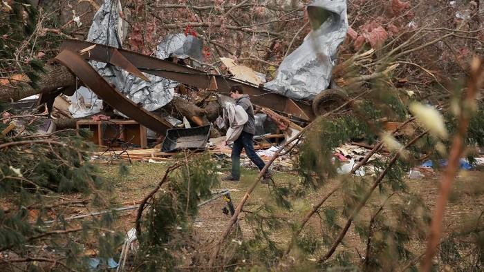 Tornado menghantam wilayah Alabama, Amerika Serikat. Angin kencang itu menghancurkan rumah dan infrastruktur serta diperkirakan telah menewaskan 23 orang.