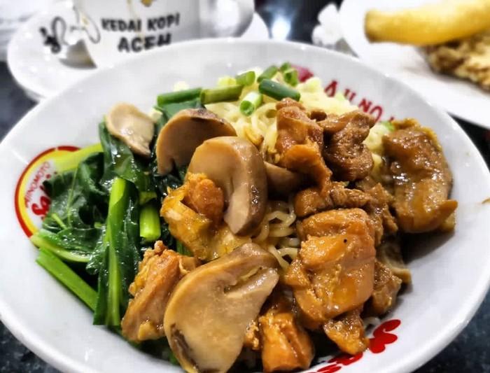 Mienya tak terlihat karena ditutupi potongan ayam dan jamur merang yang tebal. Siapa mau sarapan? Foto: Instagram @vanescecilia