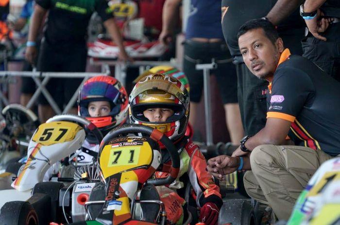 Pegokart kelahiran Jakarta, 7 Januari 2011 ini akhirnya meraih gelar juara di ajang balap Seri pembuka Rok Cup Asia di sirkuit KF1 Singapura, Minggu (3/3). Foto: dok. Tanada Racing