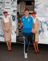 Semula foto ini dikira editan oleh netizen. Tapi di foto kedua, saat Toni Kroos turun dari bus, posisi kedua orang pramugari ini masih tetap sama, yaitu miring-miring. (Twitter/@Ultra_Suristic)