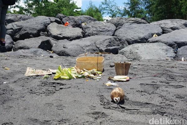Meski terlihat sejumlah sisa-sisa barang yang digunakan untuk melaksanakan upacara (Aditya Mardiastuti/detikTravel)