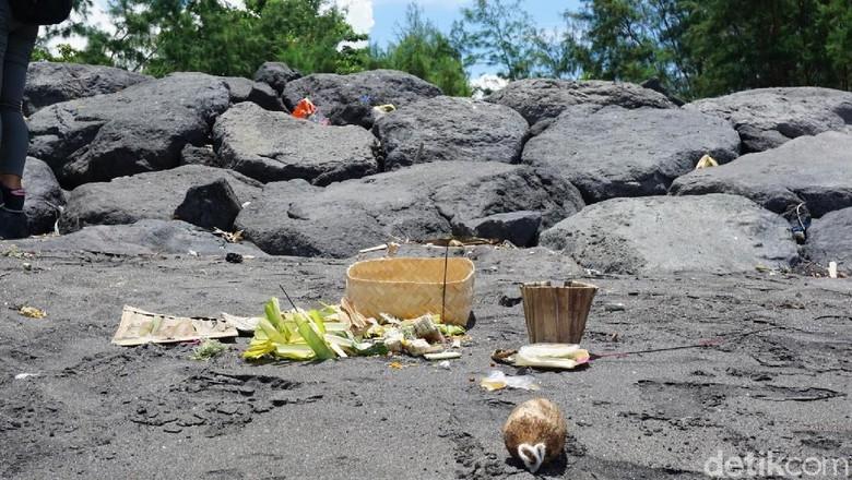 Bekas sesajen Melasti di Pantai Padanggalak (Aditya Mardiastuti/detikTravel)