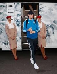 Foto viral ini dibagikan oleh akun Twitter bernama @Ultra_Suristic. Tampak Gareth Bale turun dari bus didampingi 2 orang pramugari Emirates yang posisinya miring. (Twitter/@Ultra_Suristic)