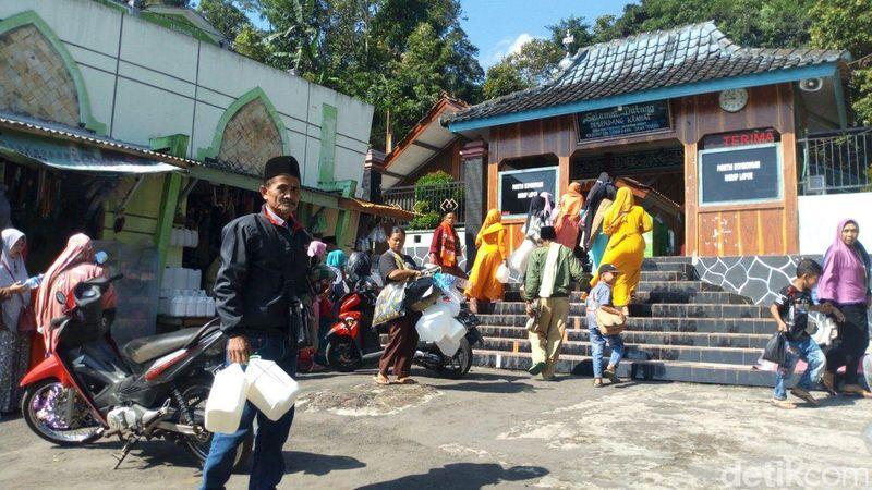 Sendang Keramat Kalimah Toyyibah Hasan Munadi adalah lokasi wisata religi yang berada Jawa Tengah. Berada di Desa Nyatnyono Kecamatan Ungaran Barat, Kabupaten Semarang. (Aji Kusuma/detikTravel)
