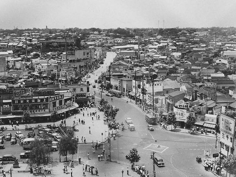 Shibuya Crossing pada tahun 1952. Meski padat dan ramai, suasana terlihat tertib dan bersih. Foto: Vintages