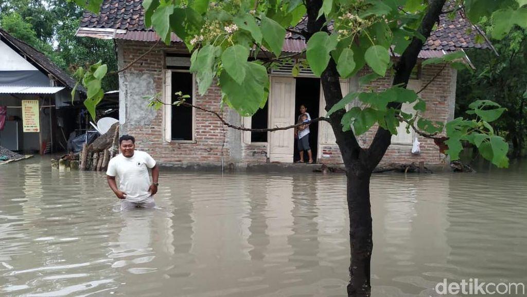 Potret Aktivitas Warga Bojonegoro di Tengah Banjir