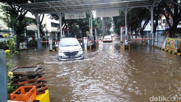 Genangan Air Masih Ada di Halaman Ruko Mangga Dua