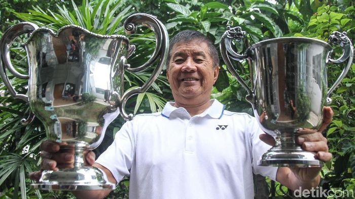 Rudy Hartono bersama dua trofi penanda tiga gelar juara beruntun yang pertama dan kedua. (Rifkianto Nugroho/detikSport)