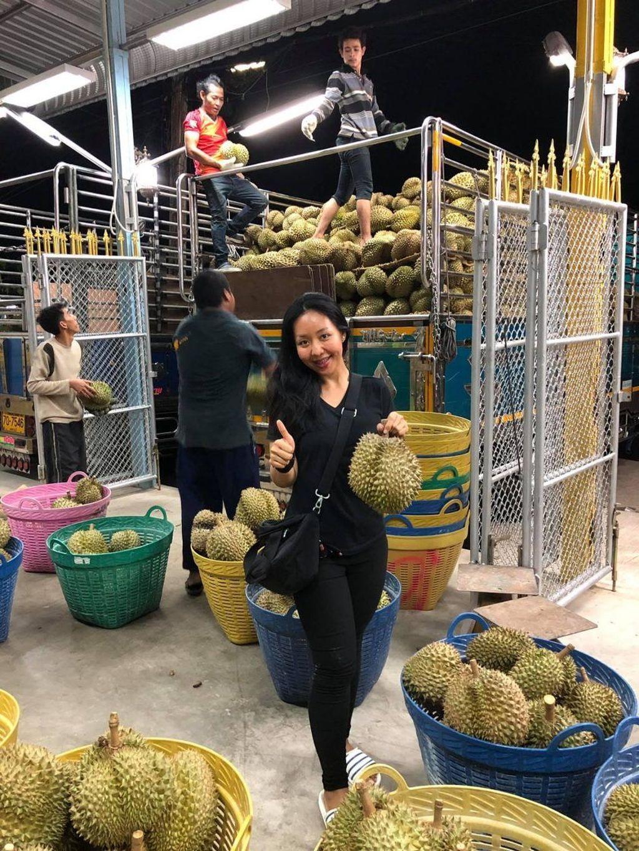 Dia adalah Karnista wanita berusia 26 tahun. Ia sedang sedang viral di dunia maya lantaran sang ayah, Arnon Rodthong, petani durian terkaya di provinsi Chumphon, Thailand selatan, mencarikan suami untuk dirinya lewat Facebook. (Foto: Facebook)