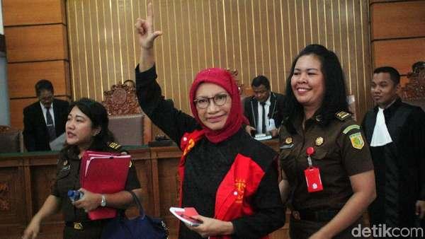 Pose 2 Jari dan Kesetiaan Ratna Sarumpaet untuk Prabowo