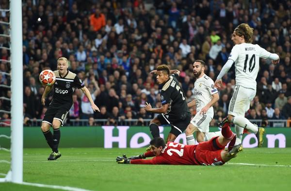David Neres jadi awal malapetaka bagi Real Madrid. Gol pembukanya menjadi awal kehancuran 4-1 Madrid di tangan Ajax. Di luar sepakbola, David Neres kerap mengumbar kemesraan dengan Kara Winona, kekasihnya saat liburan. (Denis Doyle/Getty Images)