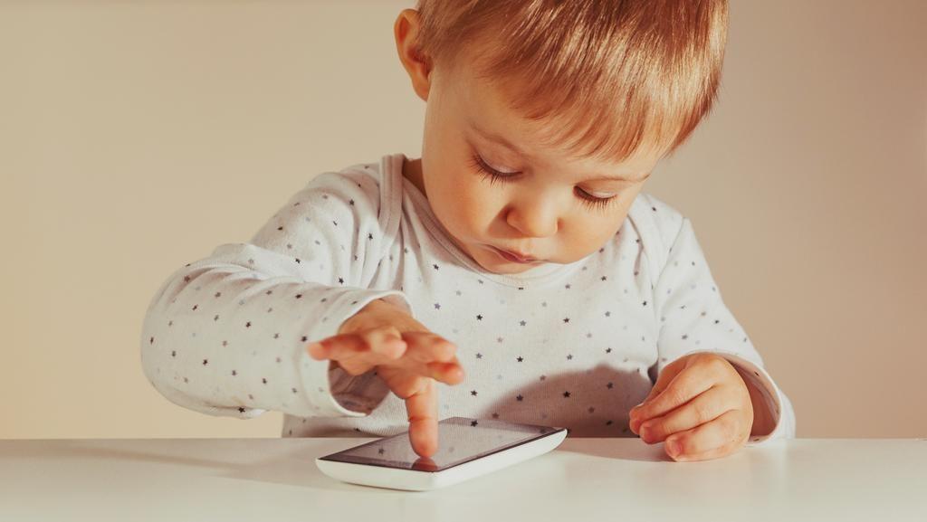Salah Satu Trik agar Anak Tak Kecanduan Gadget: Ajak Main Bareng