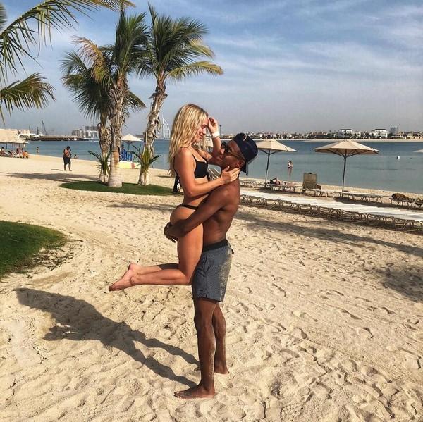 Baik David Neres maupun Kara Winona tak malu-malu mengunggah kemesraan di Instagram. Buktinya foto ini, saat mereka liburan ke Dubai bulan November lalu. (Instagram/@davidneres)