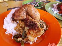 Nikmatnya Nasi Kapau Legendaris Hj. Zaidar dengan Gulai Tambusu