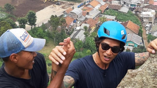 Aktivitas climbing di Gunung Batu, Bogor. Bisa coba turun dengan cara rappeling. (My Trip My Adventure)