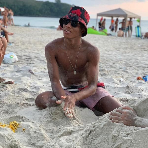 Saat pulang kampung ke Brasil, David menghabiskan waktunya dengan main di pantai. Tampaknya David adalah sosok yang humoris dan menyenangkan. (Instagram/@davidneres)