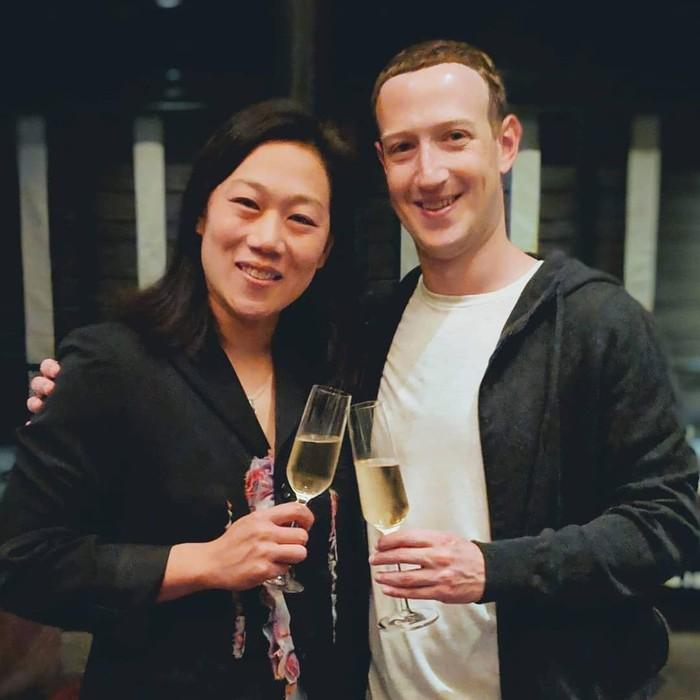 Kenal sejak 2004 saat sama-sama kuliah di Harvard, Priscilla selalu setia mendampingi Mark. Ia juga jadi saksi saat Mark mengembangkan Facebook. Foto: Instagram zuck