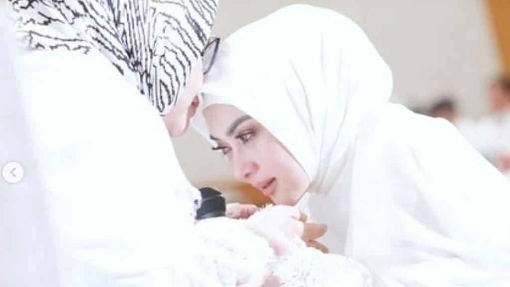 Haru, Syahrini Berlinang Air Mata Ketika Sungkem pada Ibu